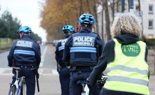 Des policiers municipaux ont patrouillé à vélo lundi 20 novembre pour verbaliser les véhicules stationnés sur des trottoirs ou bandes cyclables.