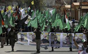 Des combattants  masqués des brigades Izzedine al-Qassam, la branche militaire du Hamas lors d'une manifestation, le 17 avril 2017, demandant la libération de Palestiniens détenus dans des prisons en Israël.