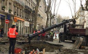 Lyon, le 14 mars 2016. La rupture d'une canalisation d'eau a provoqué un énorme cratère avenue de Saxe dans la nuit de samedi à dimanche. plusieurs jours de travaux seront nécessaires pour rétablir la circulation.