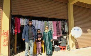 Ahmad, sa femme et sa fille devant le garage où ils vivent à Wadi Zeyni, au Liban, le 26 février 2015.