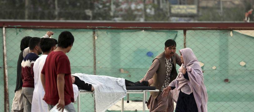 Une élève blessée est évacuée après l'explosion d'une bombe devant une école à Kaboul le 8 mai 2021.