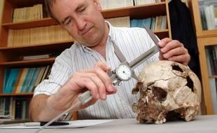 Le professeur Chris Stringer avec le crâne de Cheddar Man.