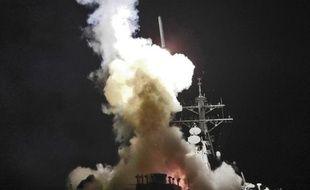 Un missile de croisière Tomahawk est tiré vers la Libye depuis le destroyer américain USS Barry naviguant en Méditerranée le 19 mars 2011.