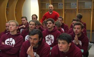Pascal Dupraz, l'entraîneur du TFC, en pleine séance de motivation des étudiants en journalisme de l'EJT, au Stadium de Toulouse.