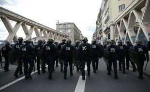 Des policiers et CRS déployés à Paris lors des manifestations du 14 avril contre la Loi Travail.