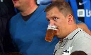 Un supporter boit de la bière lors du match entre Bruges et Manchester United le 26 août 2015.