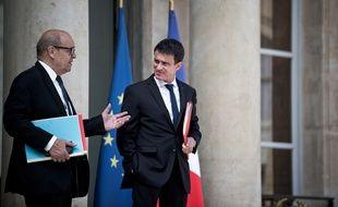 Jean-Yves Le Drian et Manuel Valls n'auront droit qu'à des vacances partielles cet été.