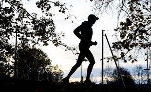 Un joggeur, à Paris le 14 novembre 2020.