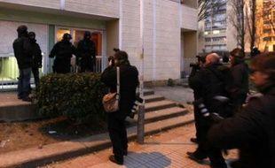Trente-trois personnes, soupçonnées d'avoir participé aux violences contre les forces de l'ordre fin novembre 2007 à Villiers-le-Bel, ont été interpellées lundi lors d'une opération de grande ampleur qui a mobilisé près d'un millier de policiers dans cette ville du Val-d'Oise.