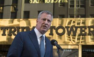 Le maire de New York Bill de Blasio tient une conférence de presse devant la Trump Tower après sa rencontre avec le futur président des Etats-Unis, le 16 novembre 2016.