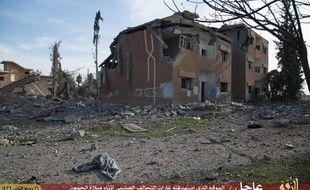 Photo postée sur des sites jihadistes le 6 février 2015 par la branche Raqa du groupe EI montrant un bâtiment détruit à Raqa, en Syrie