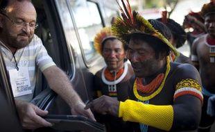 Un indien Caiapo prend le bus à Rio de Janeiro, pour le sommet des Nations unies sur le développement durable Rio+20, le 13 juin 2012.