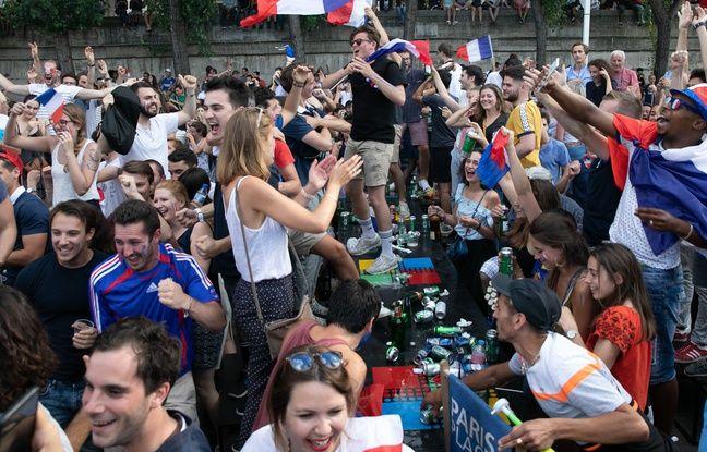 Des fans fêtent la victoire sur les Champs Elysees à Paris le 15 juillet 2018.
