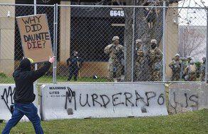 Un manifestant à Brooklyn Center, près de Minneapolis.