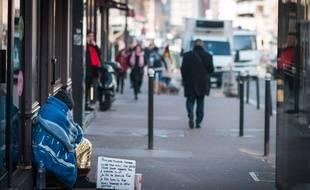 Une personne sans-abri sur un trottoir, le 22 février 2019, à Paris (12e).