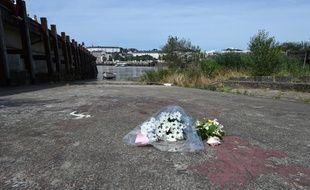 Un bouquet de fleurs en hommage à Steve Maia Caniço, dont le corps a été retrouvé en Loire à Nantes