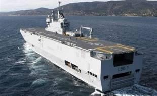 """La France a renoncé à décharger un navire d'aide en Birmanie, face au refus des autorités birmanes, et achemine cette cargaison en Thaïlande, selon les ministères de la Défense et des Affaires étrangères qui se sont dit """"particulièrement choqués"""" par l'attitude de la junte."""