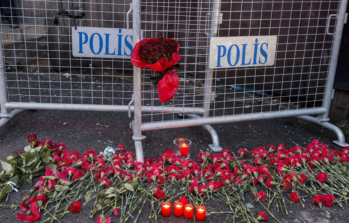 Des fleurs déposées devant la discothèque Reina où un homme a ouvert le feu pendant les célébrations du Nouvel An à Istanbul (Turquie). Le dernier bilan fait état de 39 morts et 65 victimes. –  BULENT SELCUK BULENT/SIPA