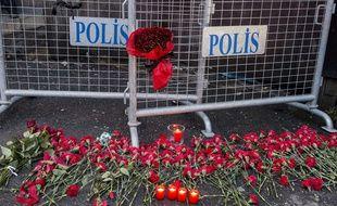 Des fleurs déposées devant la discothèque Reina où un homme a ouvert le feu pendant les célébrations du Nouvel An à Istanbul (Turquie). Le dernier bilan fait état de 39 morts et 65 victimes.