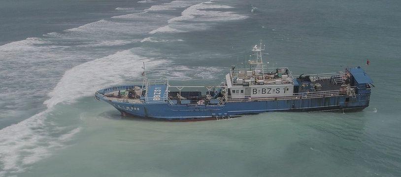 L'inspection du chalutier échoué près de la capitale mauricienne Port-Louis, avec 130 tonnes de fioul à son bord, va commencer sous peu afin de  détecter d'éventuelles fuites.