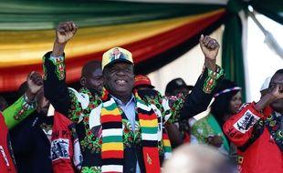 Le président du Zimbabwe Emmerson Mnangagwa lors d'un meeting à Bulawayo au cours duquel une explosion a fait plusieurs blessés, le 23 juin 2018.
