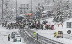 Plusieurs centaines de saisonniers ont bloqué l'autoroute A43 avant le tunnel du Fréjus pour demander l'ouverture des remontées mécaniques dans les stations de ski.