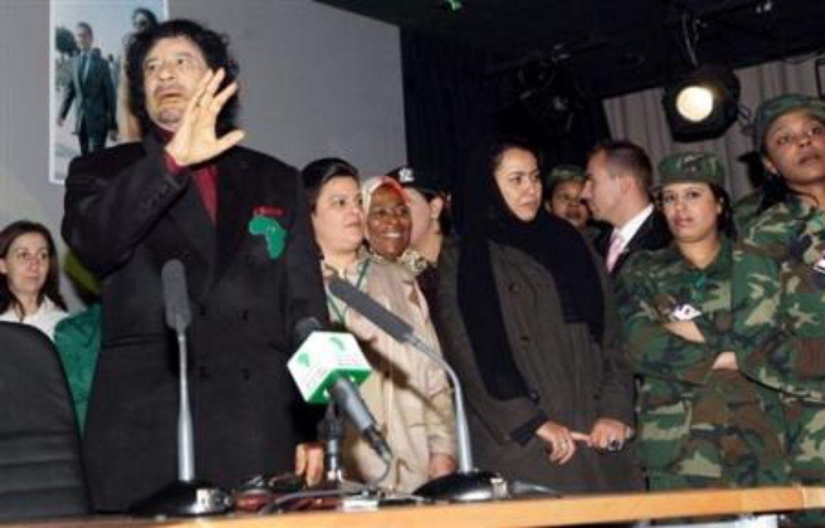 """Le dirigeant libyen Mouammar Kadhafi a déclaré mercredi à Paris qu'il condamnait le terrorisme et estimé qu'Al-Qaïda ne pourrait pas atteindre ses objectifs """"d'étendre son empire"""". – Jacky Naegelen AFP/pool"""