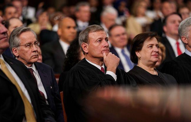 Le chef de la Cour suprême, John Roberts (au centre).