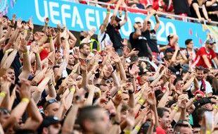 Des supporters dans un stade plein à l'Euro, probable source de contamination