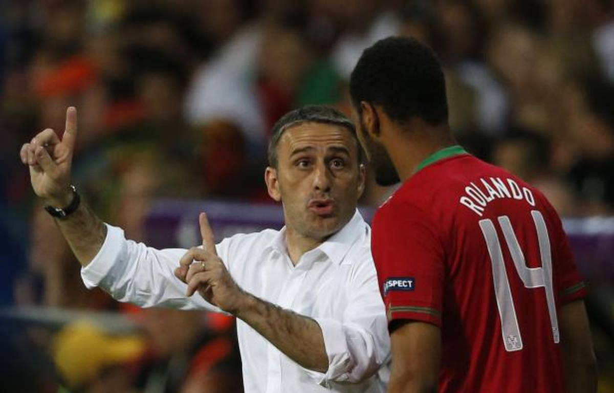Le sélectionneur du Portugal, Paulo Bento, donne ses consignes à Rolando, le 17 juin à Kharkiv. – Y.Herman / REUTERS