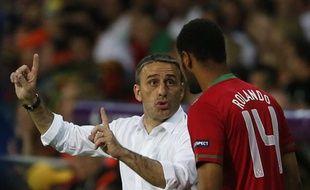 Le sélectionneur du Portugal, Paulo Bento, donne ses consignes à Rolando, le 17 juin à Kharkiv.