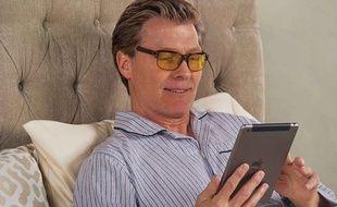 En voyage d'affaires, Patrick aime bien regarder un petit porno avant de se coucher.
