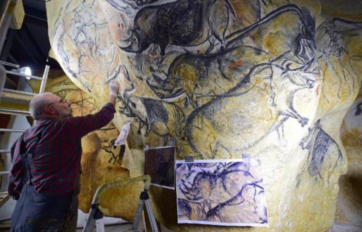 Le 12 juin 2014, dans son atelier de Toulouse, l'artiste et chercheur Gilles Tosello travaille à la reproduction grandeur nature des fresques de la Grotte Chauvet dans l'Ardèche – Eric Cabanis AFP