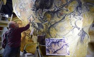 Le 12 juin 2014, dans son atelier de Toulouse, l'artiste et chercheur Gilles Tosello travaille à la reproduction grandeur nature des fresques de la Grotte Chauvet dans l'Ardèche