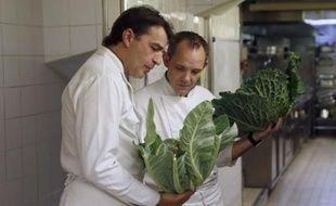 Yannick Alléno (à gauche), qui prépare en partie le menu de lundi de la COP21, discute ici avec un cuisinier de son restaurant Ledoyen à Paris le 21 octobre 2014
