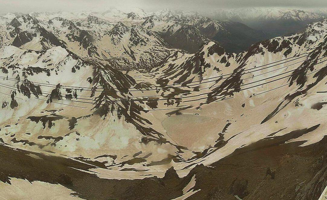 Une nouvelle couche de sable en provenance du Sahara a recouvert les restes de neige des Pyrénées.