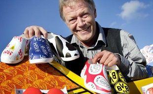 Des sabots en plastique aux couleurs des clubs de football allemands et néerlandais présentés par un fabricant de sabots en bois, le 29 octobre 2008.