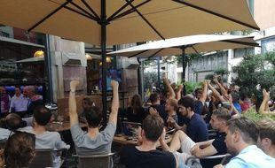 Joie des supporters français après la victoire contre l'Uruguay en quarts de finale du Mondial à la terrasse du Trolley Bus à Strasbourg.