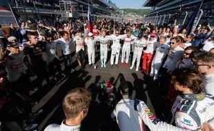 Les pilotes de Formule 1 se recueillent en forme d'hommage à Jules Bianchi avant le départ du Grand Prix de Russie, le 12 octobre 2014, à Sotchi.