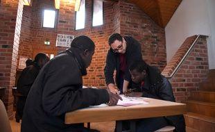 Des réfugiés africains étudient dans une salle du monastère de Thal-Mamourtier, en Alsace.