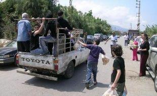 Les habitants du village voisin d'Al-Mina distribuent pain et eau du réfugiés palestiniens.