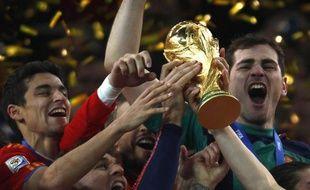 Les joueurs de l'équipe d'Espagne, soulevant la Coupe du monde, le 11 juillet 2010, à Johannesburg.
