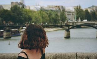 Une jeune fille sur un pont de Paris