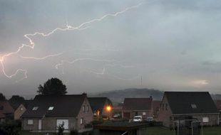Des éclairs dans le ciel lors d'un orage