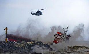 Un cargo échoué près d'Anglet, dans les Pyrénées-Atlantiques, le 15 février 2014.