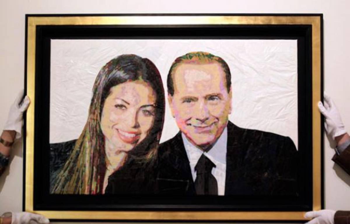Accrochage d'un portrait de Silvio Berlusconi et Ruby réalisé avec des sacs plastiques et du scotch par l'artiste israélien Dodi Reifenberg, Milan, Italie, le 6 avril 2011. – A. GAROFALO / REUTERS