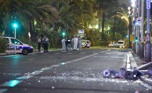 Des policiers sur les lieux de l'attentat de Nice, dans la nuit du 14 au 15 juillet 2016.
