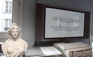 """Une statue de """"Marianne"""" symbole de la République française, dans un bureau de l'ANAEM (Agence Nationale de l'Accueil des Etrangers et des Migrations) le 21 janvier 2011 à Paris"""