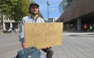 Edwin va arpenter les rues de Rennes pendant dix jours avec sa pancarte.