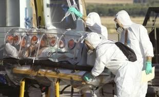 Des médecins et professionnels de santé transfèrent le missionnaire espagnol rapatrié à Madrid dans cette photo du 7 août 2014.